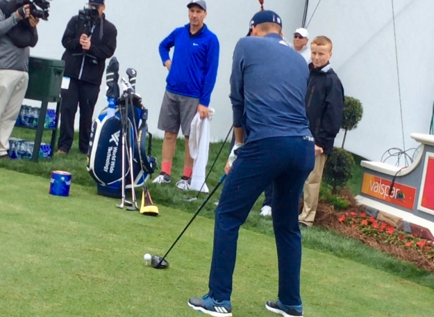 Sergio Garcia tees up drive on the 18th (2019 Valspar Championship)
